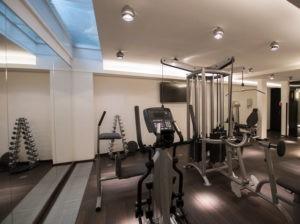 Cardiogeräte und Fitnesstrainer stehen im Spa-Bereich vom Wellnesshotel im Zentrum von Bremen.