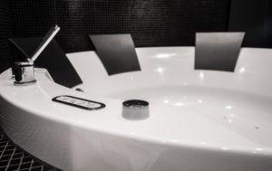 Wer ein Hotel mit freistehender Badewanne buchen möchte, ist beim Designhotel ÜberFluss an der richtigen Adresse.