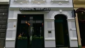 Frontansicht vom Designhotel ÜberFluss, das Gäste aus jedem Anlass buchen können.
