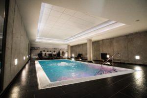 Der Indoor-Pool im Wellnesshotel mit seinem elegant-zurückhaltendem Design dürfte in Bremen einzigartig sein.