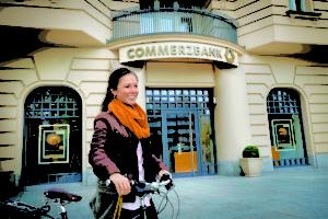 Eine Filiale der Commerzbank Bremen – hier ist die Bank für die Kunden persönlich erreichbar.