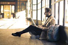 Auch am Bahnhof kann man mit der Commerzbank sein Online-Banking erledigen.