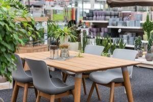 Gartencenter Bremen: Es sind auch Möbel im Angebot.