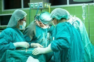 Patientenverfügung: Operationstisch mit Ärzten
