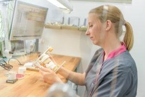 Für die Behandlung von CMD in Bremen fertigen die Zahntechniker teilweise Schienen.