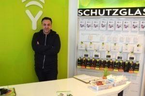 Yükcell-Inhaber Yüksel Yalcinkaya in seinem Laden