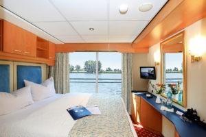 Flusskreuzfahrt Deutschland Bremen: Eine Kabine mit Doppelbett und Fenster an Bord der MS Sans Souci der Reederei Plantours Kreuzfahrten.