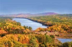 Günstige Schiffsreisen Bremen: Während des Indian Summers werden die Bäume im Osten Kanadas und der USA in prächtige goldene und rote Farben gefärbt.