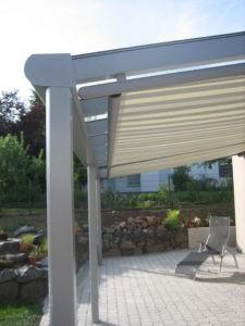 Terrassendächer Alu Bremen: Ausgefahrene Unterglasmarkise befestigt an einer Terrassendachkonstruktion aus Aluminium.