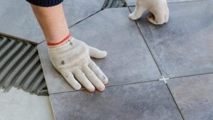 Bodenfliesen verlegen Bremen: Hobbyhandwerker müssen darauf achten, dass sie alle notwendigen Schritte beim Verlegen der Bodenfliesen einhalten.