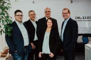Umschuldung Baufinanzierung Bremen: Das Team der Finanzvermittler von Dr. Klein, die für ihre Kunden das beste Darlehen aussuchen.