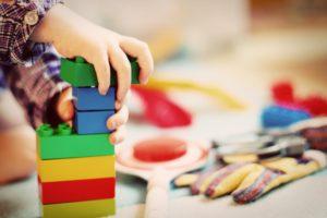 Ein spielendes Kind: Betreuung im Kindergarten statt Kita Platz einklagen