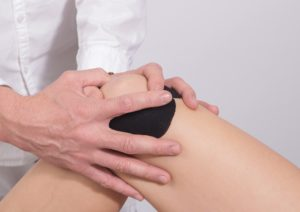 Es gibt unterschiedliche Behandlungen gegen Schmerzen im Knie.