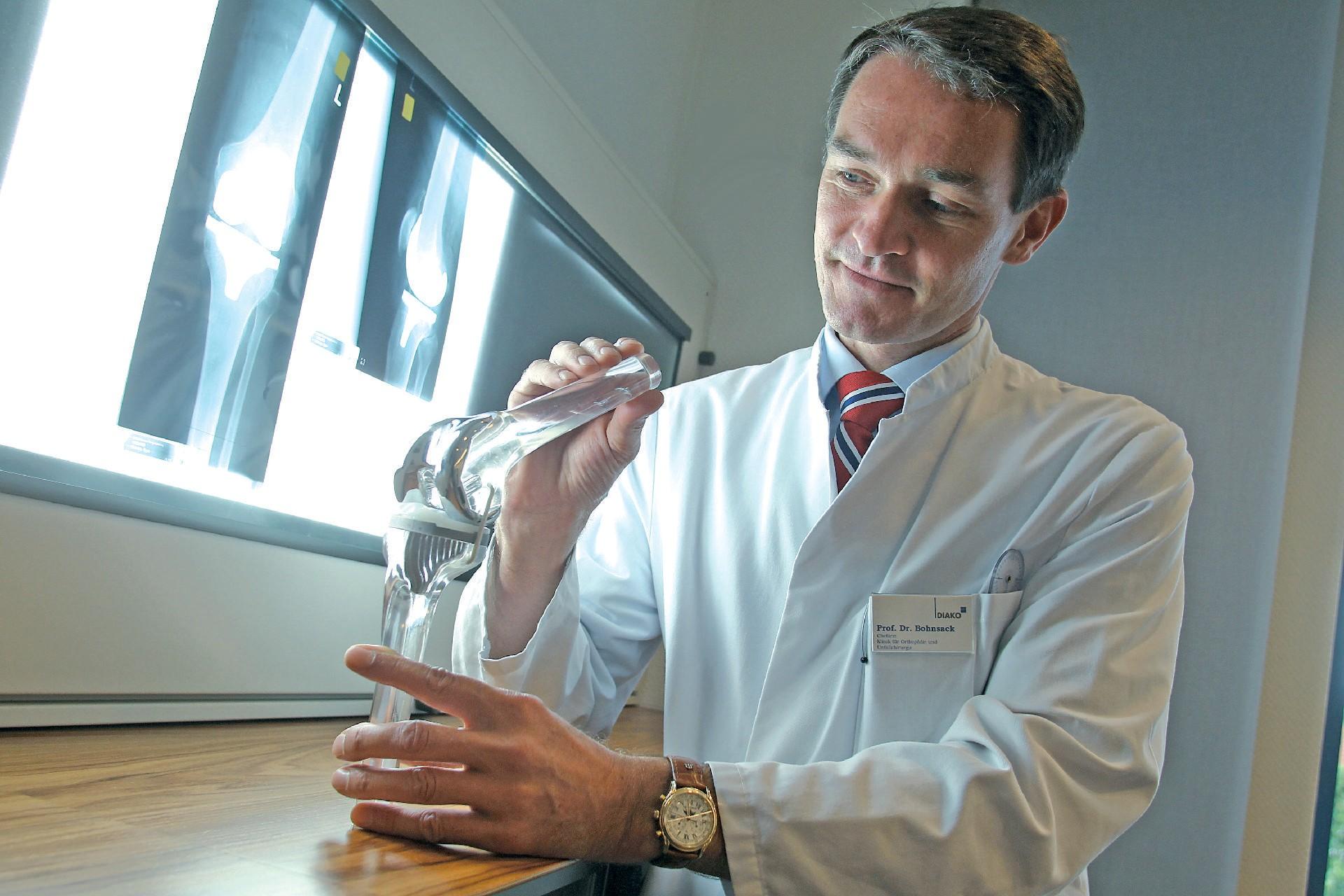 Schmerzen im Knie: Professor Michael Bohnsack ist Experte für künstliche Kniegelenke.