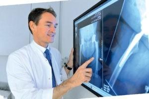 Schmerzen in der Hüfte - Professor Michael Bohnsack am Röntgenbild
