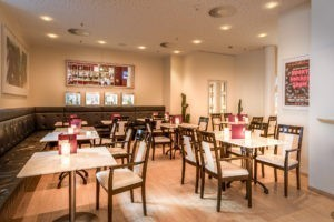 Bar im Metropol Theater als gemütliche Eventlocation Tische und Stühle