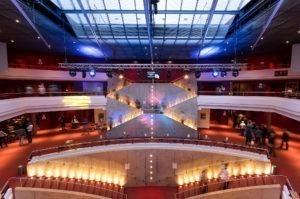 Das lichtdurchflutete Foyer des Metropol Theater Bremen