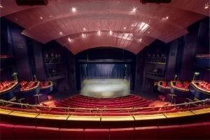 Metropol Theater Bremen: Ein Blick im Saal von oben auf die Bühne.