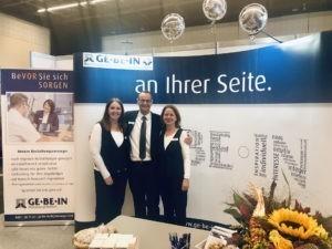 Bestatter Bremen: GE·BE·IN Mitarbeiter auf einer Messe
