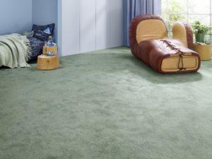 Grüner Vorwerk-Teppich verlegt in einem Privatzimmer.
