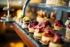 Ein Kuchenwagen im Parkhotel als Hochzeitslocation in Bremen mit kleinen, mit Obst verzierten Küchlein.
