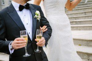 Hochzeitslocation Bremen: Brautpaar mit Sekt in der Hand.