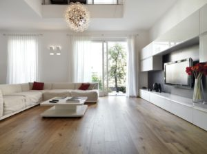 Große Parkttdielen im Landhausstil im hellen Wohnzimmer verlegt.