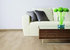 Vinylboden in Holz-Optik verlegt in einem Wohnzimmer mit Fußbodenheizung.